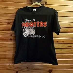 Tops - Free with Bundle 🎀Hooters Shirt M